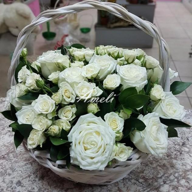 Чудесная корзинка белых роз!